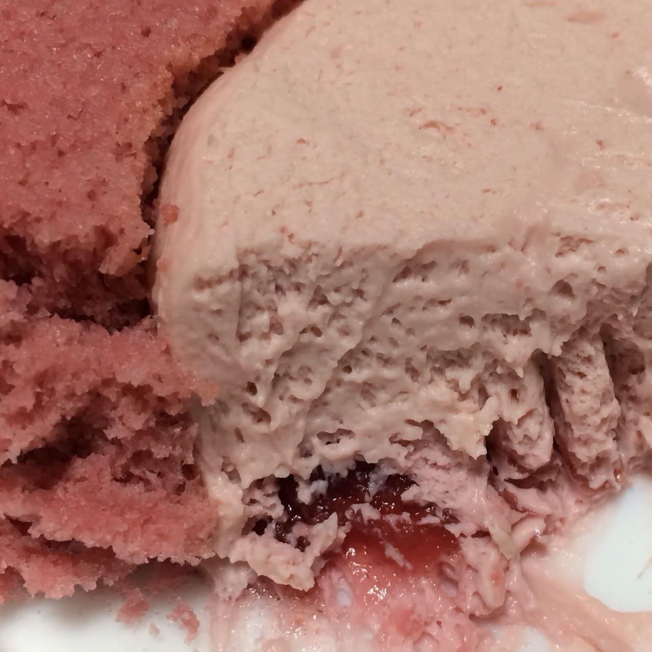 プレミアムルビーチョコレートのロールケーキ断面